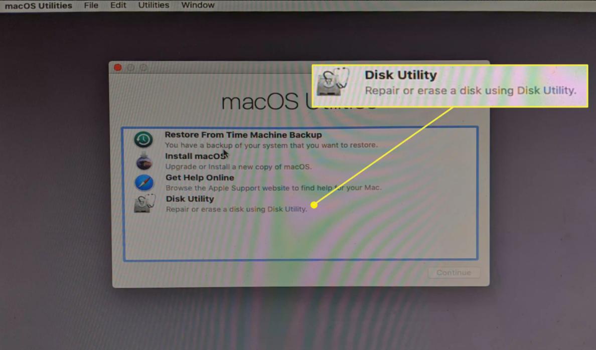 Chọn Disk Utilitytừ menu Tiện ích của macOS
