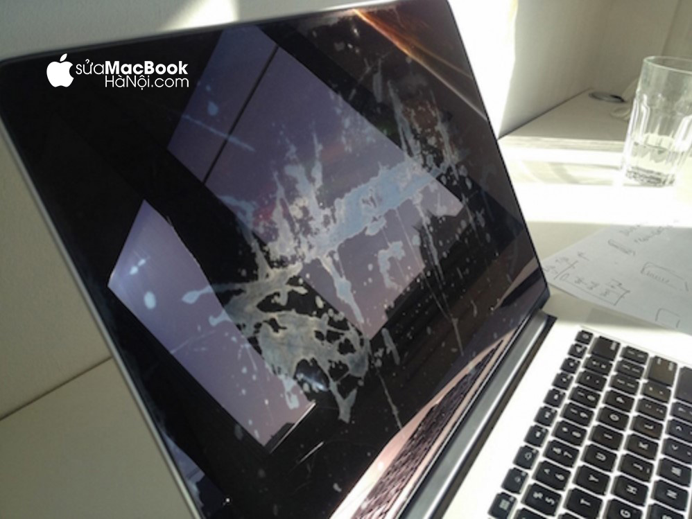 Màn hình bị loang tạo những vết gây mất thẩm mỹ cho macbook