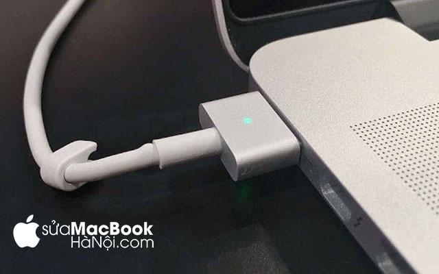 Sạc pin macbook đúng cách